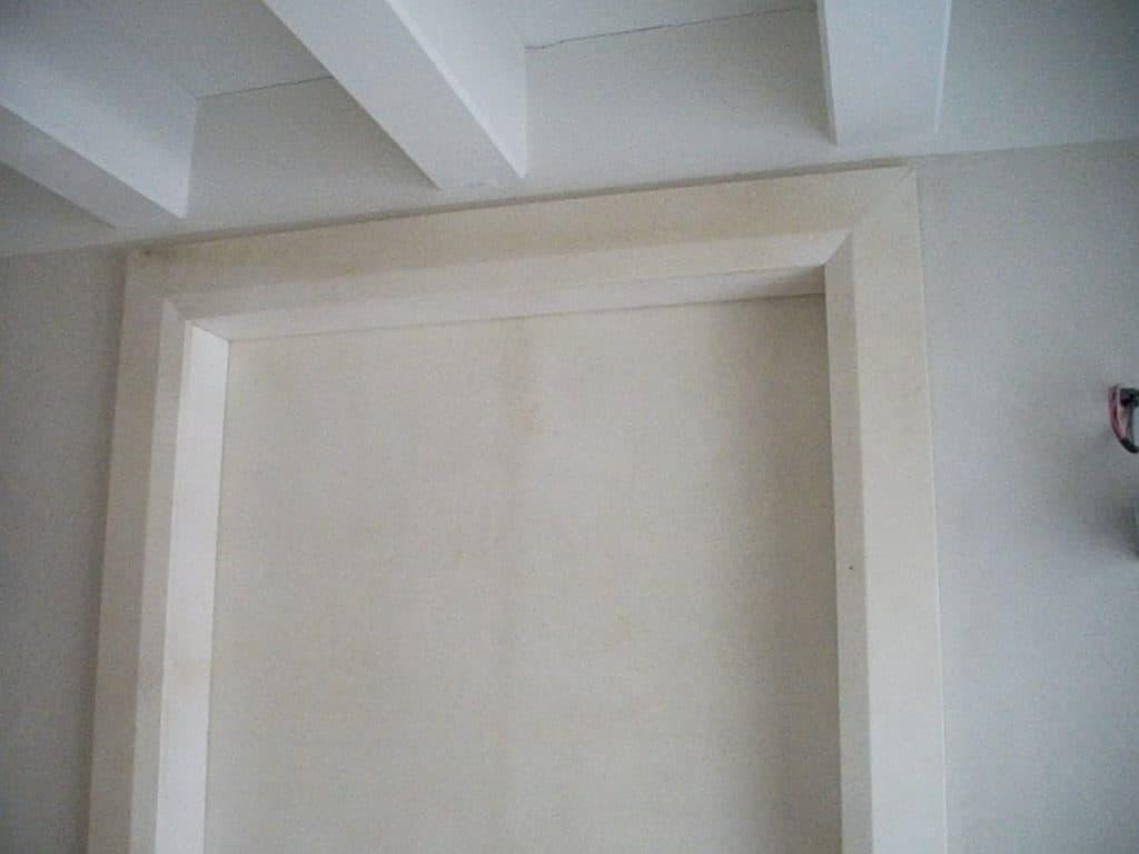 Particolare di una porta rivestita in pergamena